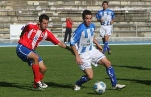 Tuto y Barrasa pugnan por el balón en el partido de la temporada 2009-10. Foto: Jose Montes.