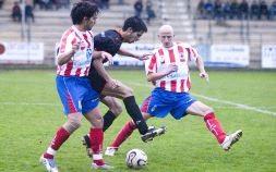 Paredes lucha por el esférico ante la presión de Iñaki y Corcobado. El Laudio venció contra pronóstico en el derbi de la 2007-08. Foto: Jose Montes.