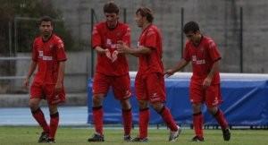 Lambarri, actualmente en el Laudio, celebra con sus compañeros el gol conseguido en el triangular de 2010. Foto: Jose Montes.