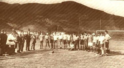 La instantánea de arriba corresponde a la inauguración del campo en 1927, con la bendición del párroco local.