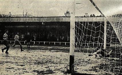 Altzarrate vio pasar grandes equipos a lo largo de su historia. A finales de la década de los 60 se procedió al techado y ampliación de su grada principal. Los vestuarios se situaban detrás de una portería.