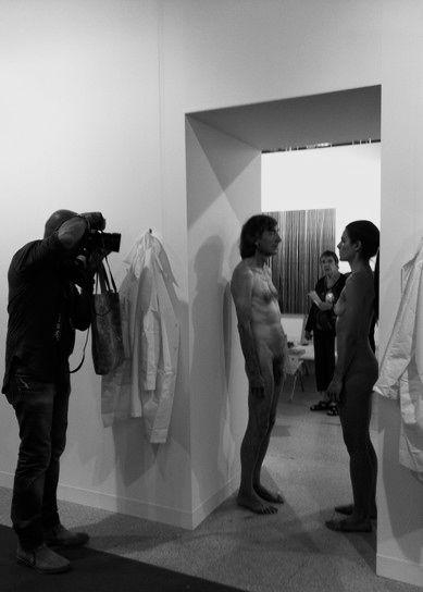 """J.v.Troschke. Photographie eines Photographen, der die Reperformance """"Imponderablia"""" 2012 auf der Art Basel 2012 photographiert; eine Wiederholung der Performance von Marina Abramovic und ULAY von 1972 in der Galeria d'Arte Modema Bologna"""