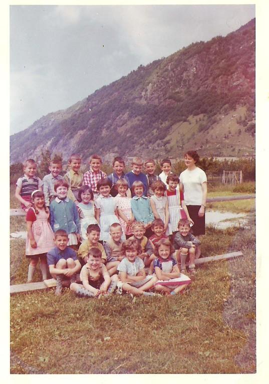 Kindergarten mit Frl Hallenbarter (1.Reihe links)