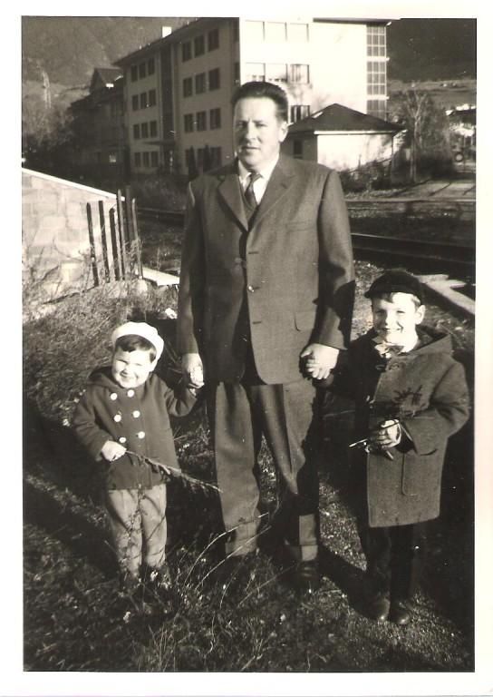 Mit Vater Markus und Bruder Beat beim alten Spital Brig