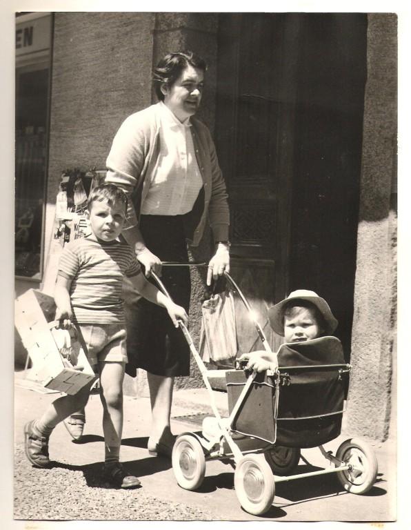 Mit Mama Christiane und Bruder Beat auf dem Sebastiansplatz