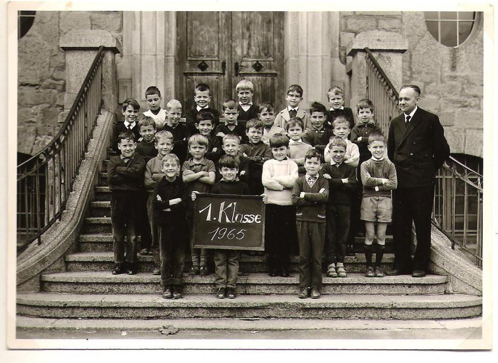 1.Klasse mit Lehrer Benz (2.Reihe links)