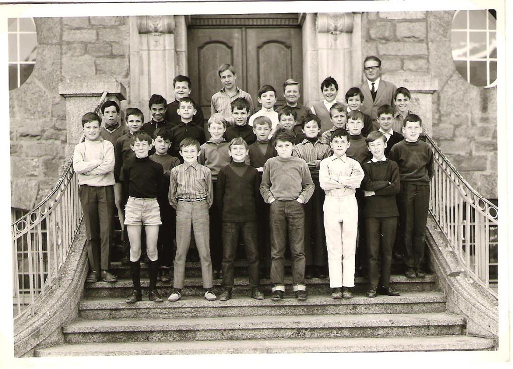 4.Klasse mit Lehrer Wettstein (2.Reihe, rechts aussen)