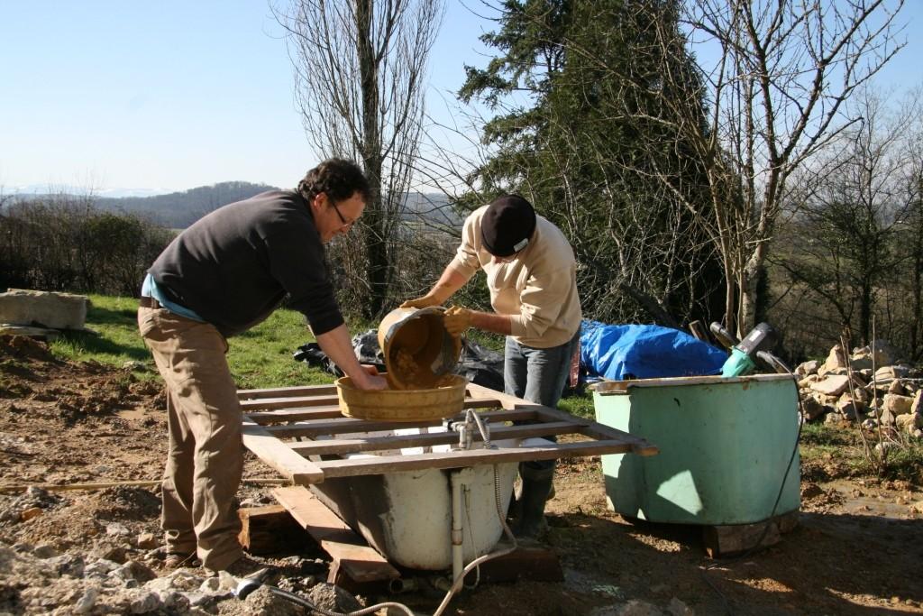 préparation de la terre du jardin pour les enduits