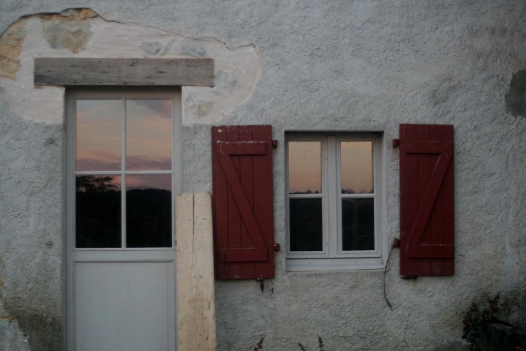 la hauteur de la porte a été modifiée, les menuiseries bois remplacées