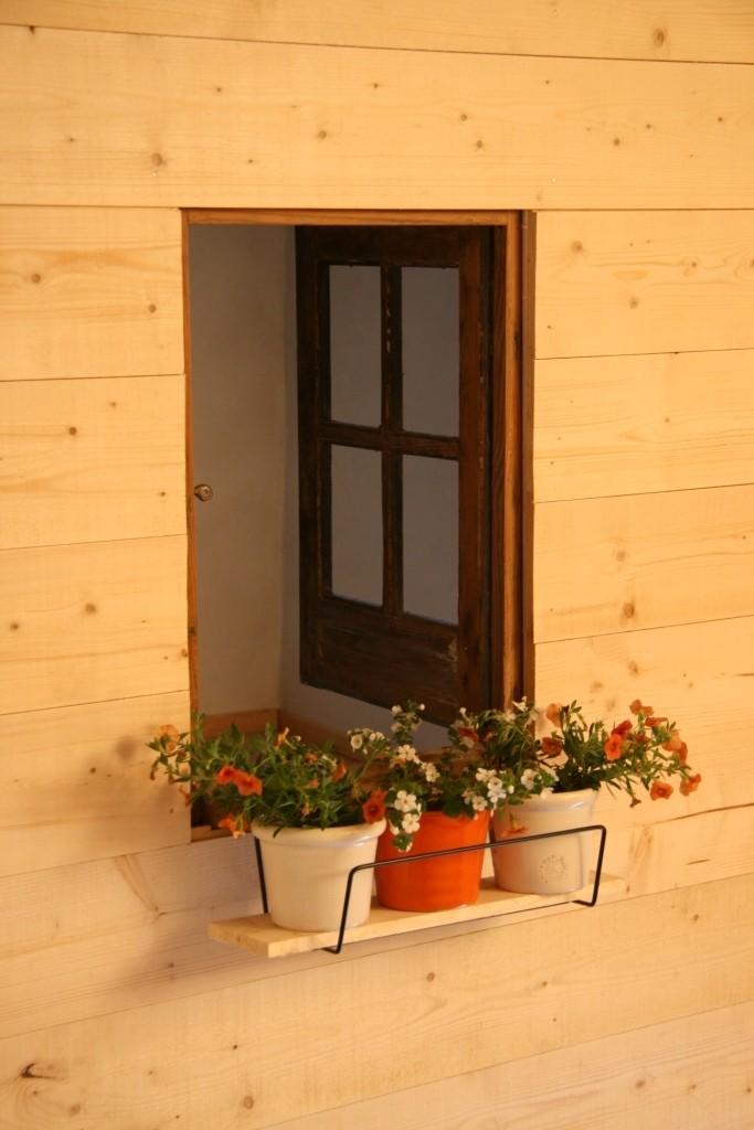 une petite fenêtre dans une chambre d'enfant