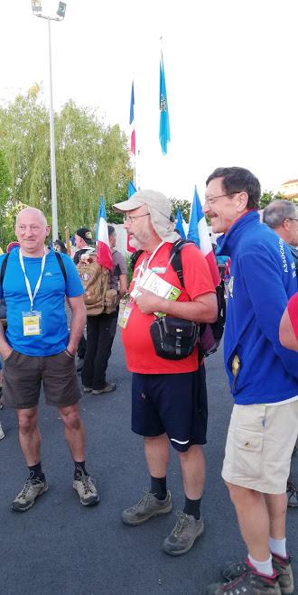 Les Marathoniens  au départ  .  Nous  distribuons des  flyers des  60 km de  l Oise .
