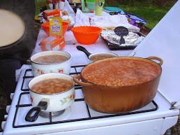 Menu : apéritif  , saucissons , patés, rillettes ( sans oublier les cornichons) , oeufs brouillés , bacon  et petites saucisses  , haricots  blancs à la  tomate et  merguez/saucisses