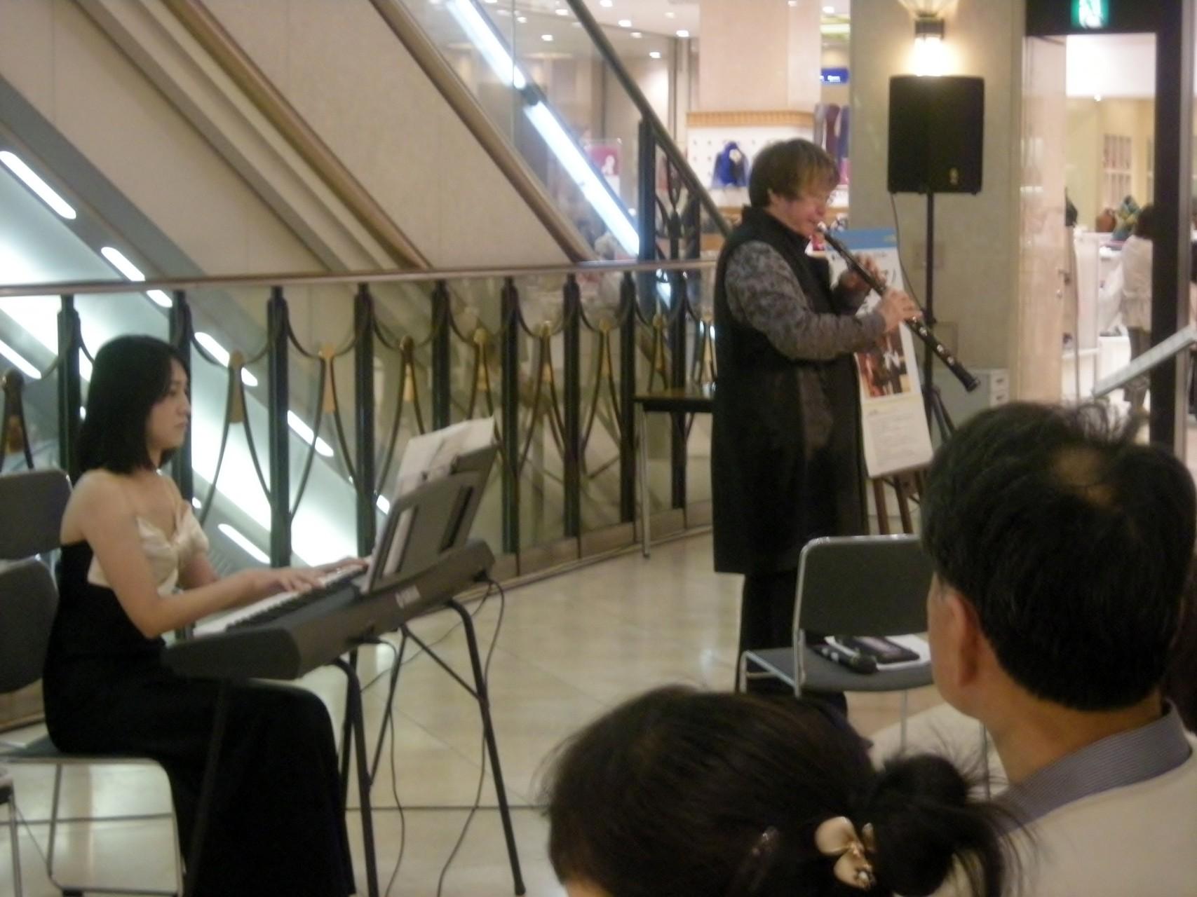 福屋デパート広島駅前店1階時計広場ララ・コンサート