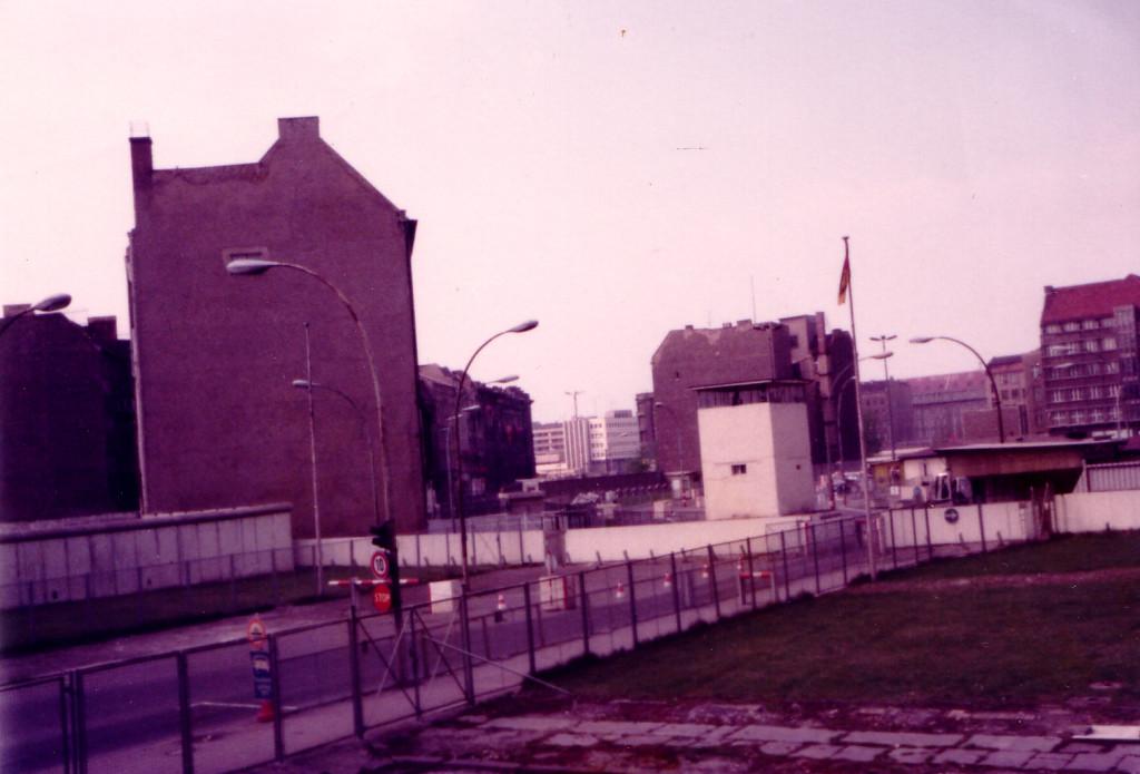 東ベルリンへの玄関、チェックポイントチャーリー検問所