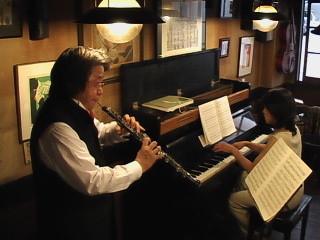 """2005年4月24日 広島市の新天地の中央通り、深入りの美味なコーヒーのお店""""MONK""""でのコンサートです。"""