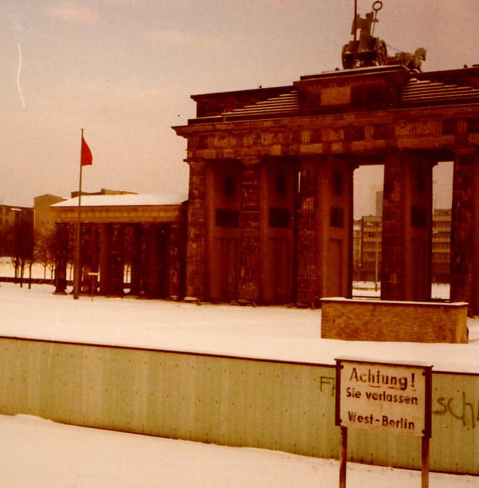 当時のブランデンブルグ門!東西の国境のため当時は人は通れませんでした。