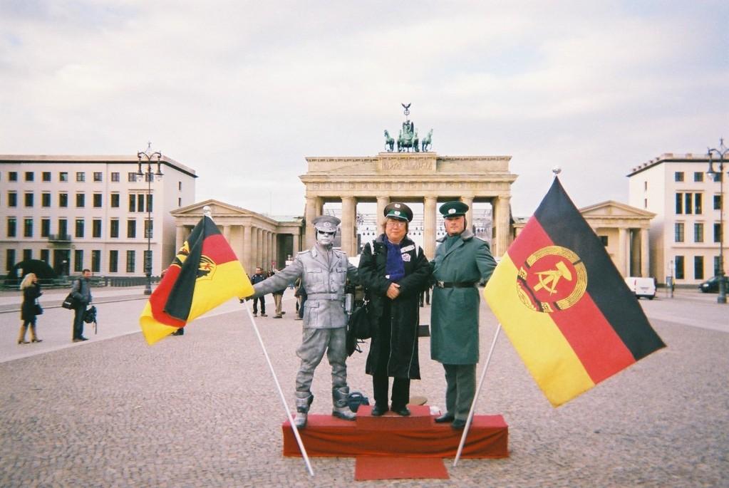 2011年末に再度、ベルリンを訪問しました。 こんな格好で観光客目当てでの商売が成り立つ?平和になりましたね!