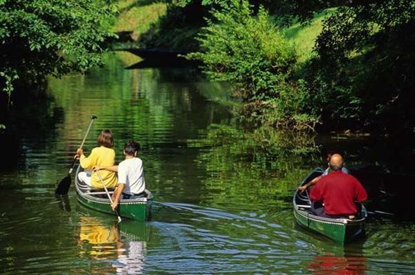à 300 mètres pratiquer le Canoé ou le Kayak pour des balades familiales ou plus sportives...