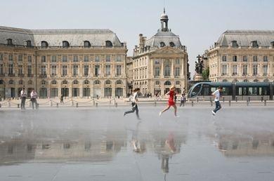 à 40km, découvrir Bordeaux et son patrimone classé par l'UNESCO...
