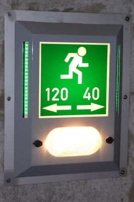 Fluchtwegkennzeichnung in Straßentunneln