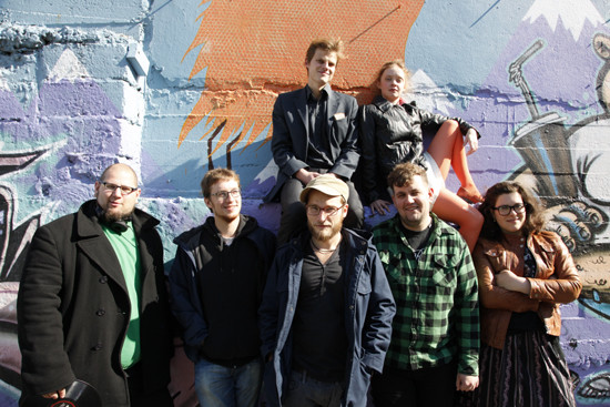Vorne: DJ Kermit, Spaceman Spiff, Finn-Ole Heinrich, Dóri DNA, Nora Gomringer. Hinten: Bergur Ebbi Benediktsson, Ugla Egilsdóttir (Foto: Tim Maxeiner)