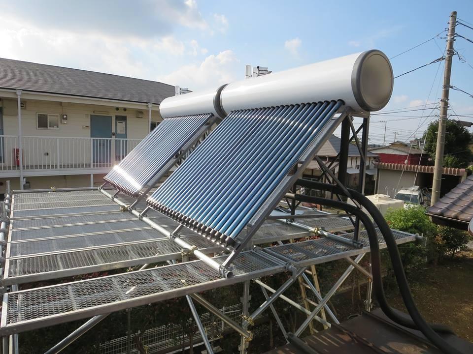 架台の上に設置した真空管太陽熱温水器ダブル設置(つくば市内)