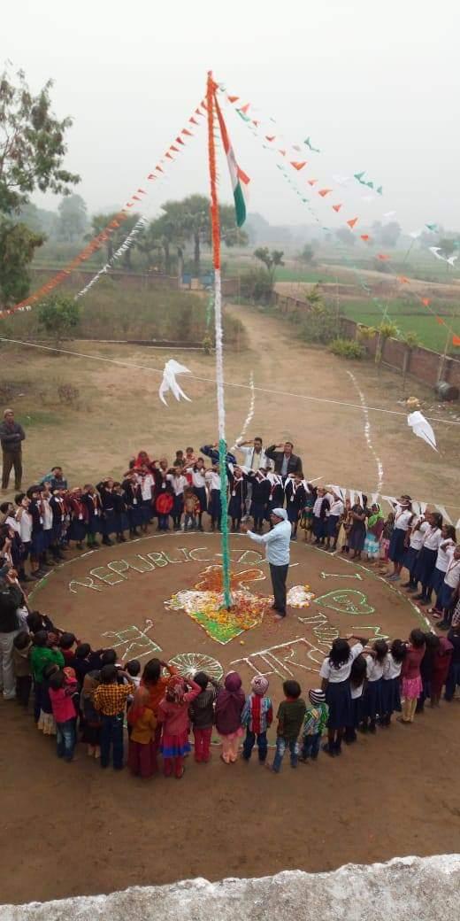 Nos petits écoliers et leurs enseignants célèbrent ensemble le jour de la République.