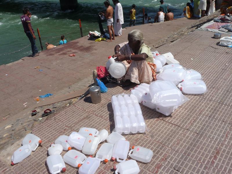 Vendeuse de bidons d'eau du Gange