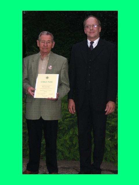 Pfingst - Samstag 2007: Die letzte Amtshandlung des Bezirksschießmeisters Bernd Deuter, Verleihung Das EHRENKREUZ DES SPORTS in BRONCE an JOSEF BELLEN, KINZWEILER ( links im Bild )