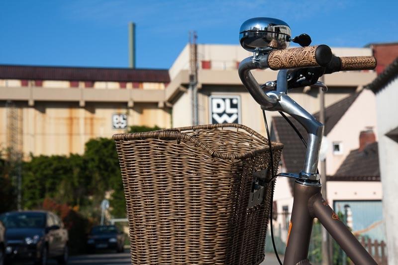 """Foto: Andreas Hartwig, Bild zeigt ein Fahrrad von Zweirad Kehlenbeck mit Blick auf die DLW in Delmenhorst, Bildstrecke """"unterwegs in Delmenhorst"""""""