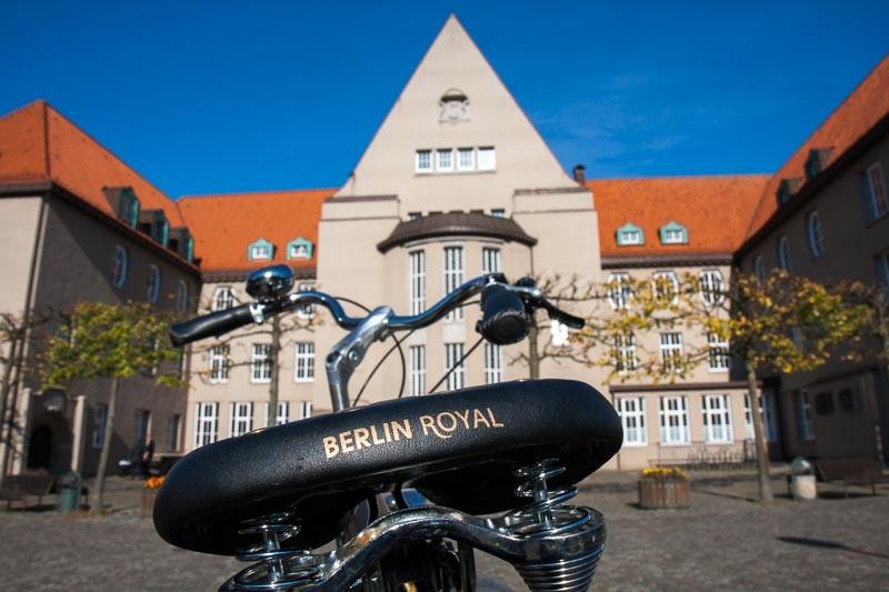 """Foto: Andreas Hartwig, Bild zeigt ein Fahrrad von Zweirad Kehlenbeck vor dem Rathaus in Delmenhorst, Bildstrecke """"unterwegs in Delmenhorst"""""""