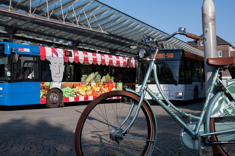 """Foto: Andreas Hartwig, Bild zeigt ein Fahrrad von Zweirad Kehlenbeck am Busbahnhof vor dem Bahnhof in Delmenhorst, Bildstrecke """"unterwegs in Delmenhorst"""""""
