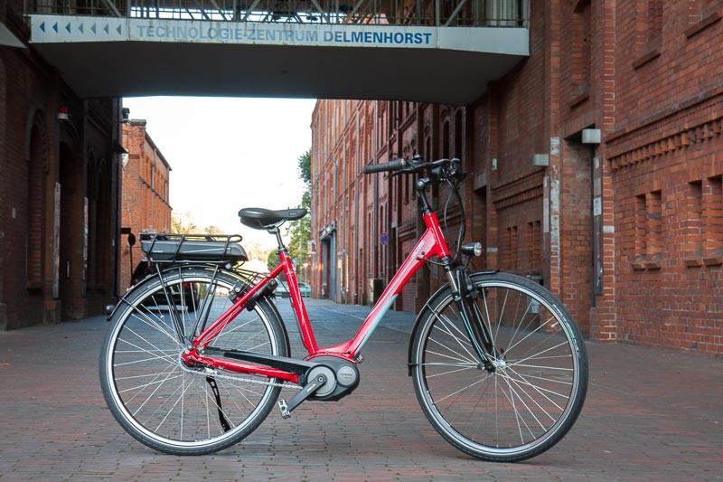 """Foto: Andreas Hartwig, Bild zeigt ein Fahrrad von Zweirad Kehlenbeck vor dem Technologiezentrum in Delmenhorst, Bildstrecke """"unterwegs in Delmenhorst"""""""