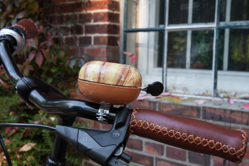 """Foto : Andreas Hartwig, Bild zeigt einen Fahrradlenker mit großer Klingel vor dem Graftwerk  in den Delmenhorster Graftanlagen, Fahrrad von Zweirad-Kehlenbeck, Delmenhorst, Bildstrecke """"unterwegs in Delmenhorst"""""""