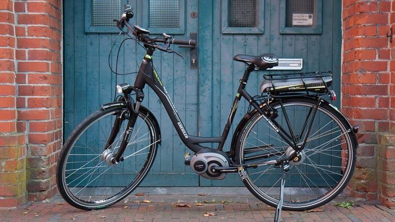 """Foto: Andreas Hartwig, Bild zeigt ein Fahrrad von Zweirad Kehlenbeck vor einer nostalgischen Tür auf dem Nordwolle Gelände in Delmenhorst, Bildstrecke """"unterwegs in Delmenhorst"""""""