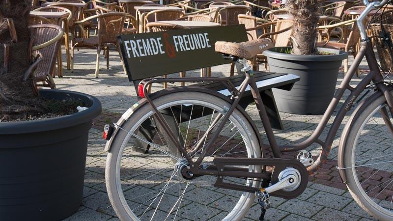 """Foto: Andreas Hartwig, Bild zeigt ein Fahrrad von Zweirad Kehlenbeck vor dem Riva in Delmenhorst, Bildstrecke """"unterwegs in Delmenhorst"""""""
