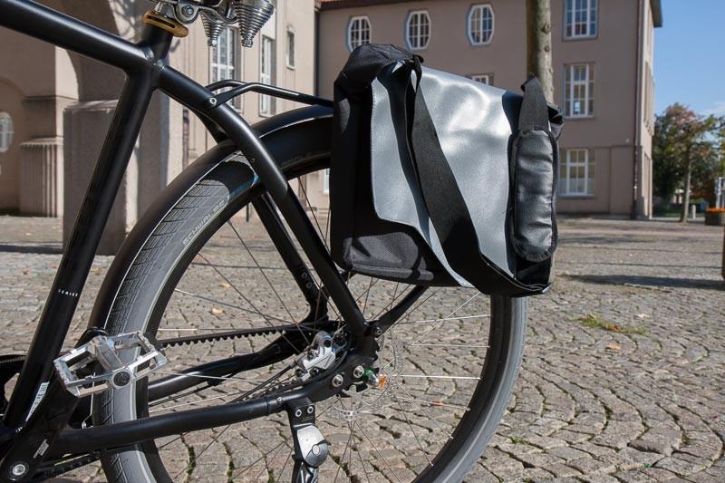 """Foto: Andreas Hartwig, Bild zeigt ein Fahrrad (Aufnahme Hinterrad) von Zweirad Kehlenbeck auf dem Rathausvorplatz in Delmenhorst, Bildstrecke """"unterwegs in Delmenhorst"""""""