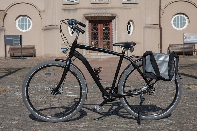 """Foto: Andreas Hartwig, Bild zeigt ein Fahrrad von Zweirad Kehlenbeck auf dem Rathausvorplatz in Delmenhorst, Bildstrecke """"unterwegs in Delmenhorst"""""""