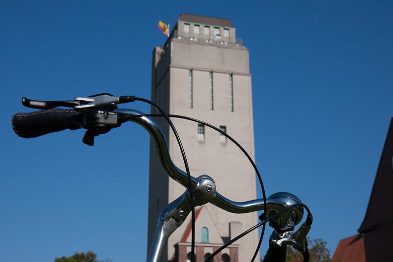 """Foto: Andreas Hartwig, Bild zeigt einen Fahrradlenker vor dem Wasserturm in Delmenhorst, Fahrrad von Zweirad-Kehlenbeck, Bildstrecke """"unterwegs in Delmenhorst"""""""