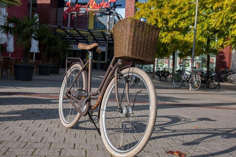 """Foto: Andreas Hartwig, Bild zeigt ein Fahrrad von Zweirad Kehlenbeck vor dem Jute-Center in Delmenhorst, Bildstrecke """"unterwegs in Delmenhorst"""""""
