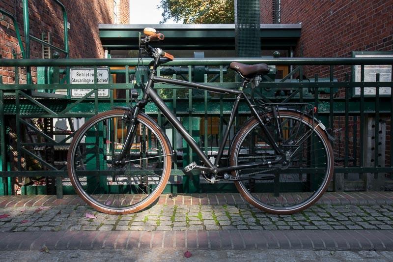 """Foto : Andreas Hartwig, Bild zeigt ein Fahrrad von Zweirad Kehlenbeck vor der Stauanlage in den Delmenhorster Graftanlagen, Delmenhorst, Bildstrecke """"unterwegs in Delmenhorst"""""""