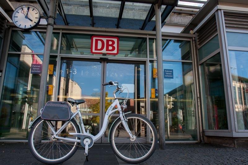 """Foto: Andreas Hartwig, Bild zeigt ein Fahrrad von Zweirad Kehlenbeck vor dem Bahnhof in Delmenhorst, Bildstrecke """"unterwegs in Delmenhorst"""""""