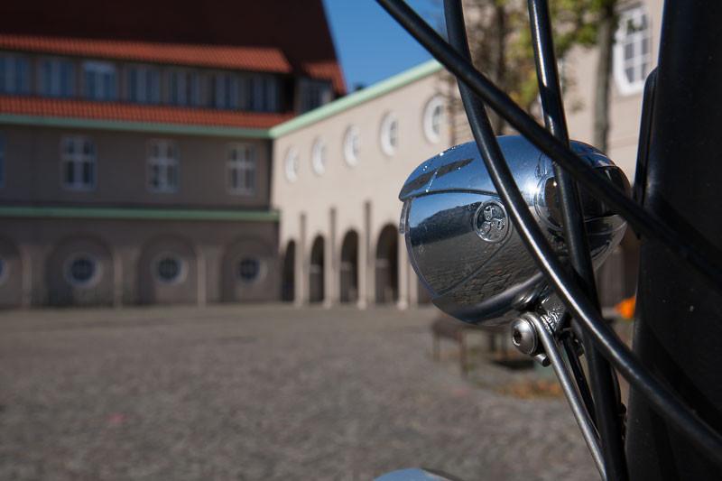 """Foto: Andreas Hartwig, Bild zeigt ein Fahrrad (Fahrradlampe) von Zweirad Kehlenbeck auf dem Rathausvorplatz in Delmenhorst, Bildstrecke """"unterwegs in Delmenhorst"""""""