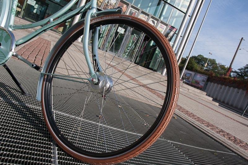 """Foto: Andreas Hartwig, Bild zeigt ein Fahrrad von Zweirad Kehlenbeck vor dem Kino in Delmenhorst, Bildstrecke """"unterwegs in Delmenhorst"""""""