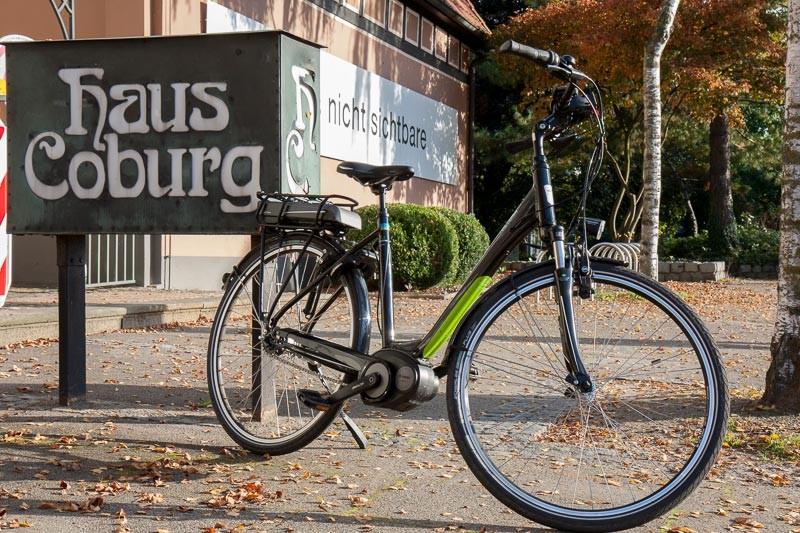 """Foto: Andreas Hartwig, Bild zeigt ein Fahrrad von Zweirad Kehlenbeck vor dem Haus Coburg in Delmenhorst, Bildstrecke """"unterwegs in Delmenhorst"""""""