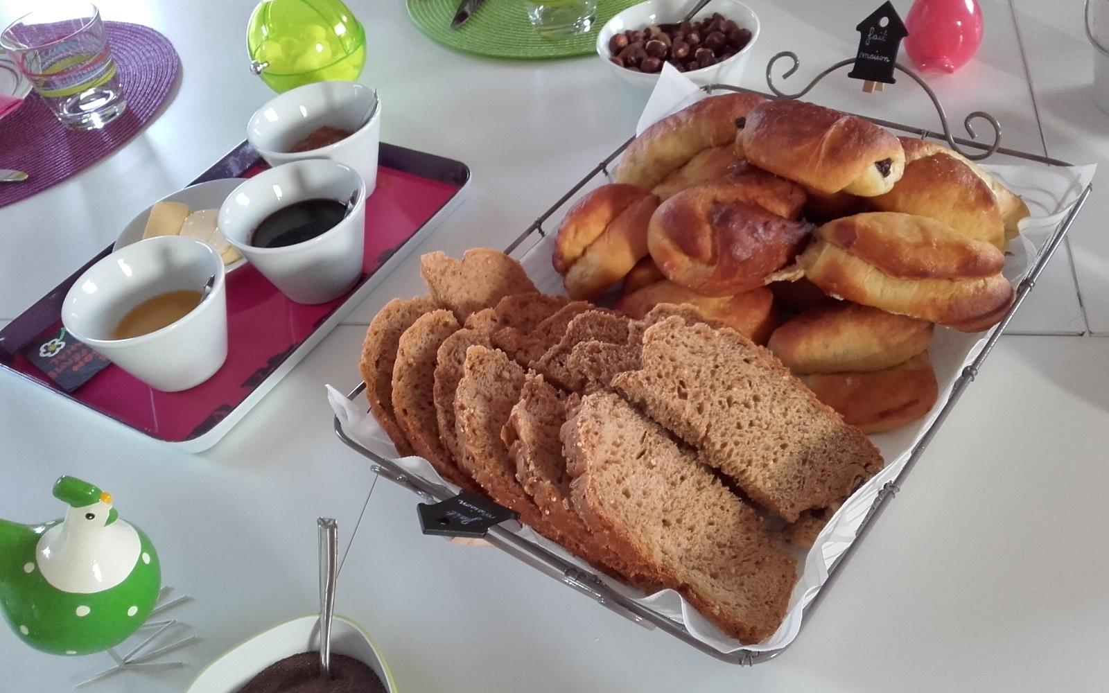 pain complet et viennoiseries au chocolat...