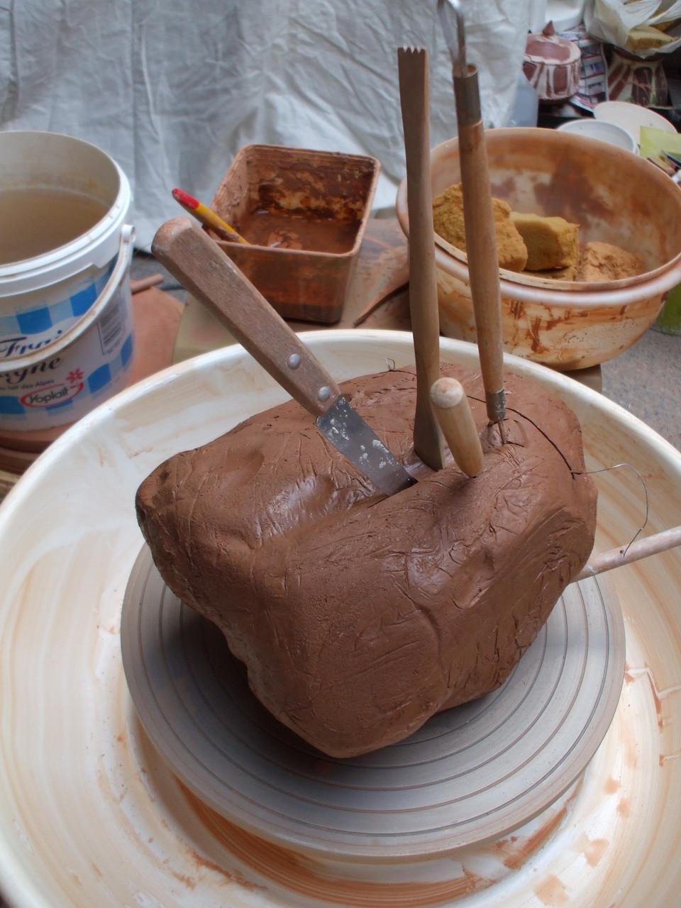 Les outils du potier sur le pain d'argile