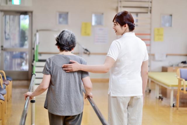介護職のほうがデスクワーカーより腰痛を訴える人が多い