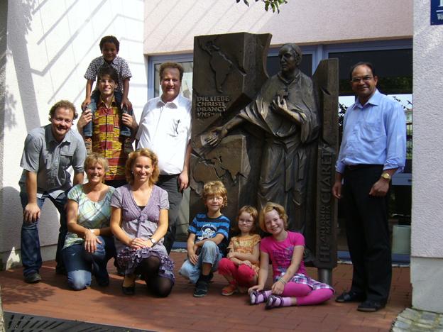 Familien Schuhmacher beim Besuch der Missionsprokura in Würzburg im August diesen Jahres, links Benjamin Tremmel und rechts Pater James