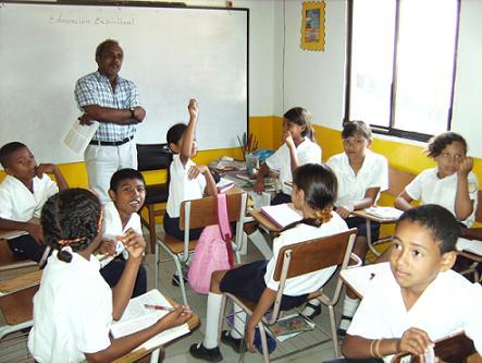 Hier der Religionslehrer in einem Klassenzimmer